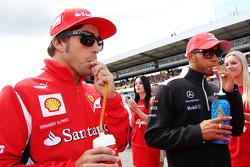 Fernando Alonso, Ferrari con Lewis Hamilton, McLaren en el desfile de pilotos