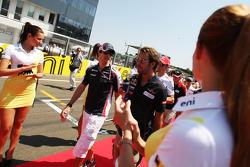 Bruno Senna, Williams met Jean-Eric Vergne, Scuderia Toro Rosso tijdens de rijdersparade