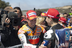 Ganador de la carrera Casey Stoner, Repsol Honda Team, el segundo lugar  Jorge Lorenzo, Yamaha Factory Racing