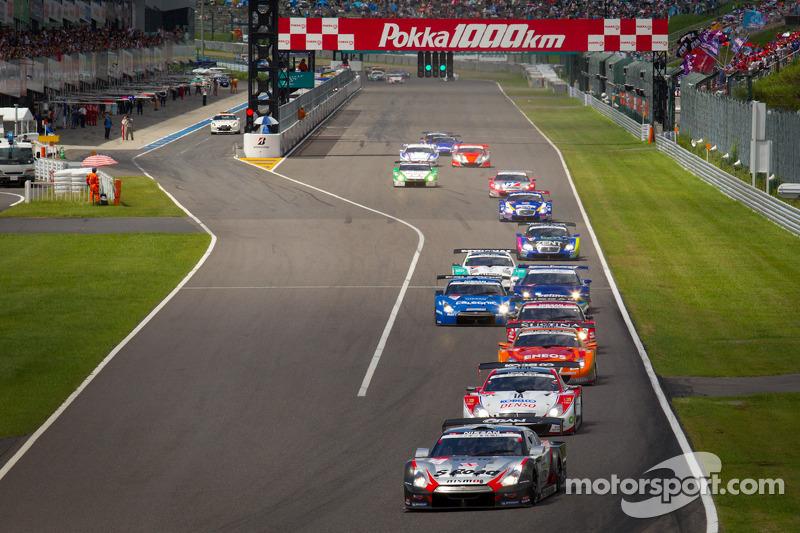 GT500 start: #1 Mola Nissan GT-R: Masataka Yanagida, Ronnie Quintarelli aan de leiding