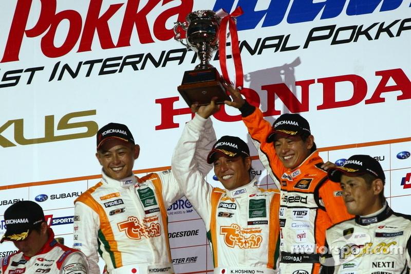 GT300 podium: winnaar Hiroki Yoshimoto, Kazuki Hoshino en Hiroki Yoshida