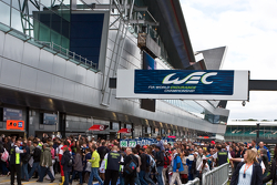 Crowds in the pitwalk