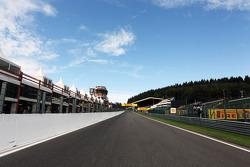 The support race start / finish straight