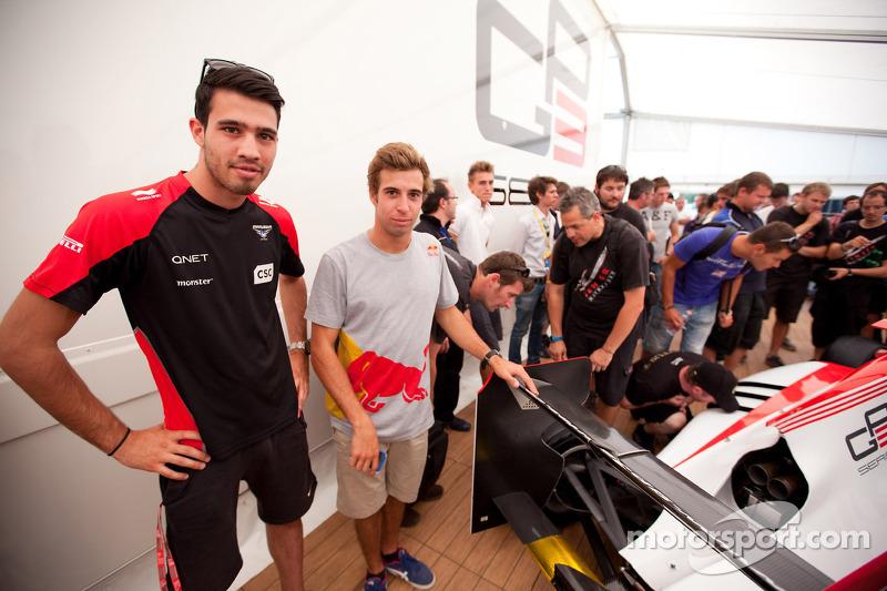 GP3 rijders Tio Ellinas en Antonio Felix Da Costa bekijken de nieuwe GP3/13 wagen