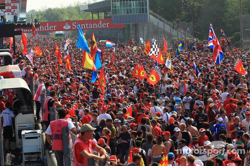 Fans op het circuit na het einde van de race