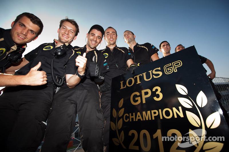 Lotus GP mecaniciens vieren het 2012 team kampioenschap