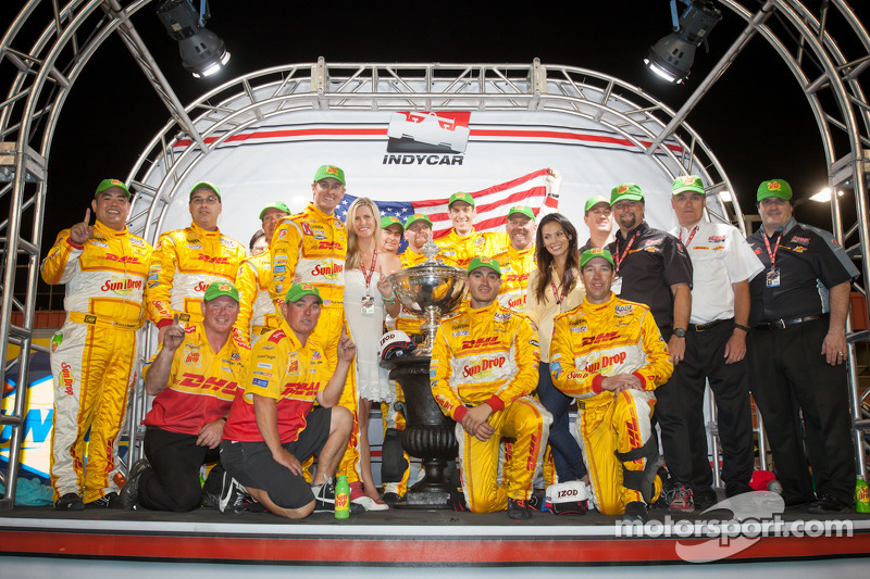 IndyCar Series 2012 kampioen Ryan Hunter-Reay, Andretti Autosport Chevroletviert met vrouw Becky, Michael Andretti en Andretti Autosport team