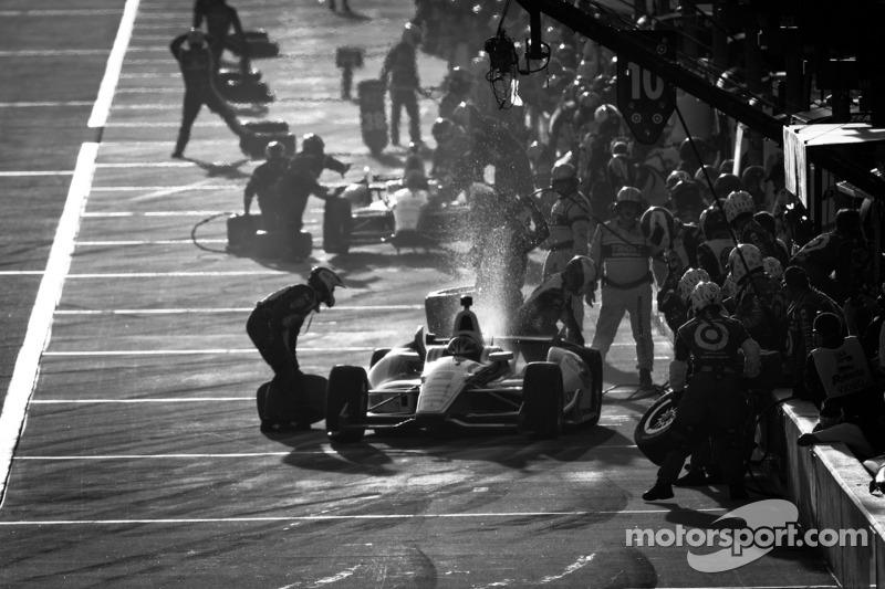 Pit stop for Helio Castroneves, Team Penske Chevrolet