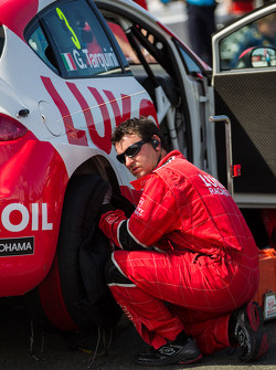Lukoil team waiting to remove tire warmers