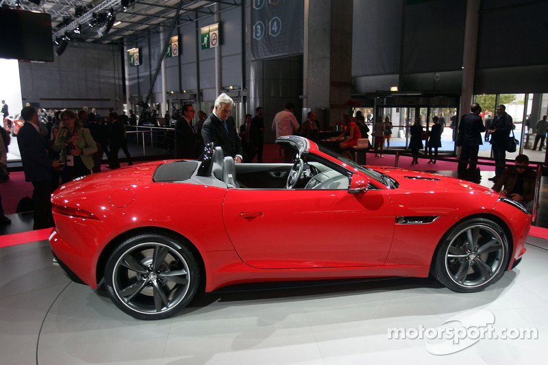 jaguar f type at paris mondial de l 39 automobile. Black Bedroom Furniture Sets. Home Design Ideas