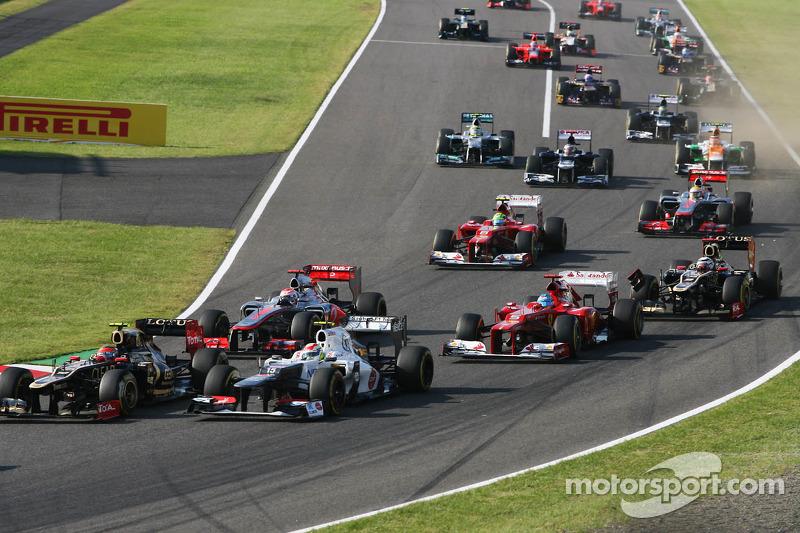 Fernando Alonso, Ferrari en Kimi Raikkonen, Lotus F1 Team maken contact bij de start