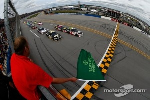 Start: Kasey Kahne, Hendrick Motorsports Chevrolet and Ryan Newman, Stewart-Haas Racing Chevrolet lead the field