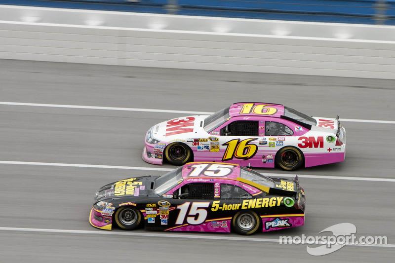 En Talladega, Clint Bowyer y Greg Biffle en acción, ambos con rosa