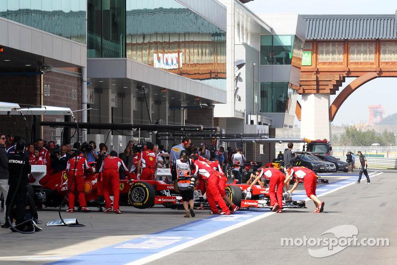 Fernando Alonso, Ferrari en Felipe Massa, Ferrari in de pits