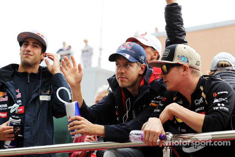 Sebastian Vettel, Red Bull Racing en Kimi Raikkonen, Lotus F1 Team tijdens rijdersparade