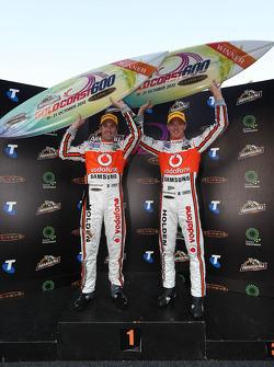 Los ganadores de la carrera, Jamie Whincup y Sébastien Bourdais, Team Vodafone