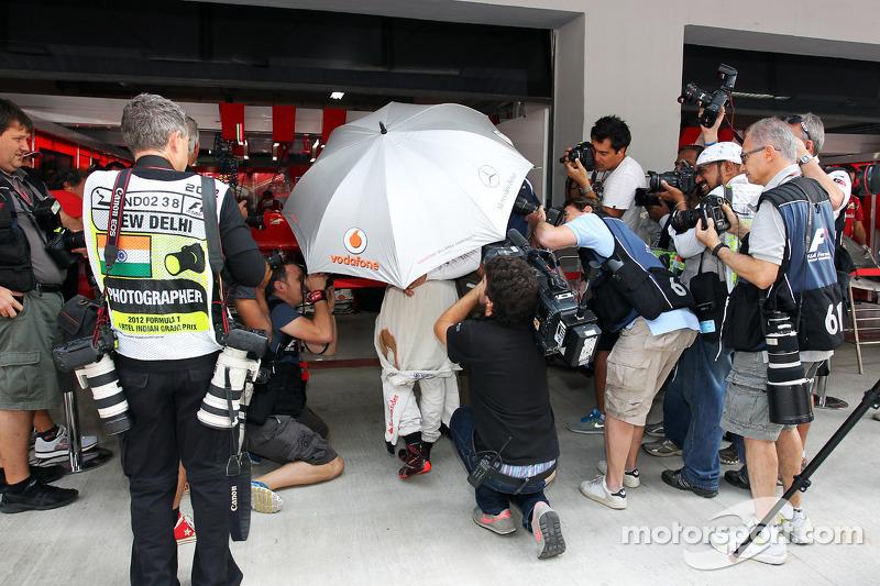 Lewis Hamilton, McLaren met fotografen in de pits