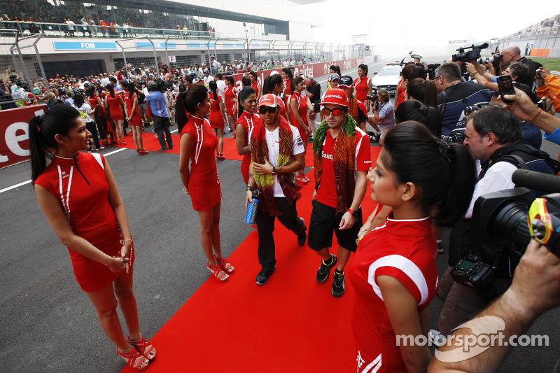 Lewis Hamilton, McLaren met Fernando Alonso, Ferrari op de rijdersparade