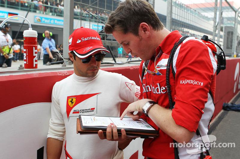 Felipe Massa, Ferrari met Rob Smedley, Ferrari Race Engineer op de grid