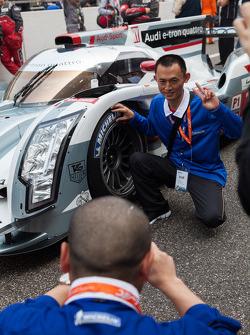 Fan getting picture with the Audi e-tron quattro
