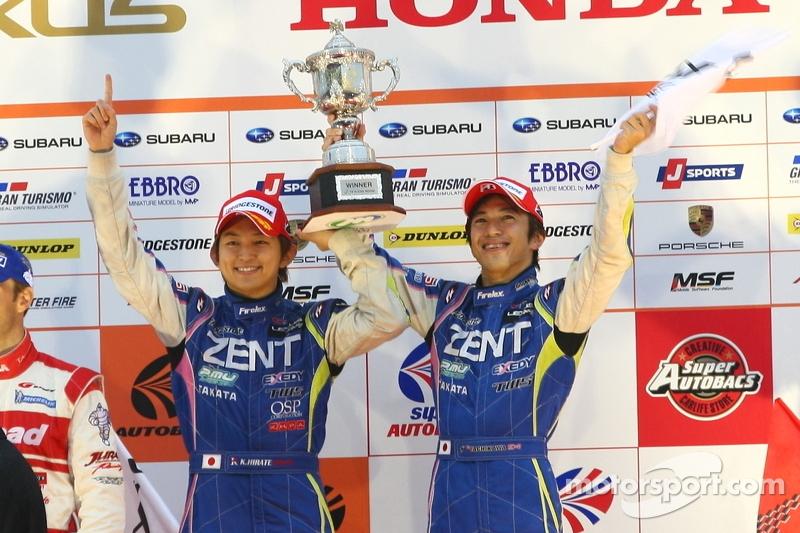 GT500 podium: winnaars Yuji Tachikawa, Kohei Hirate