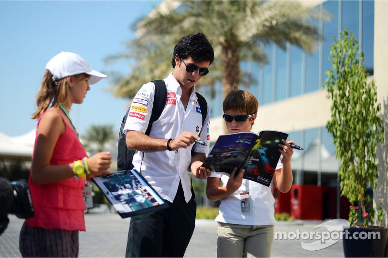 Sergio Pérez, Sauber firma de autógrafos para los fans
