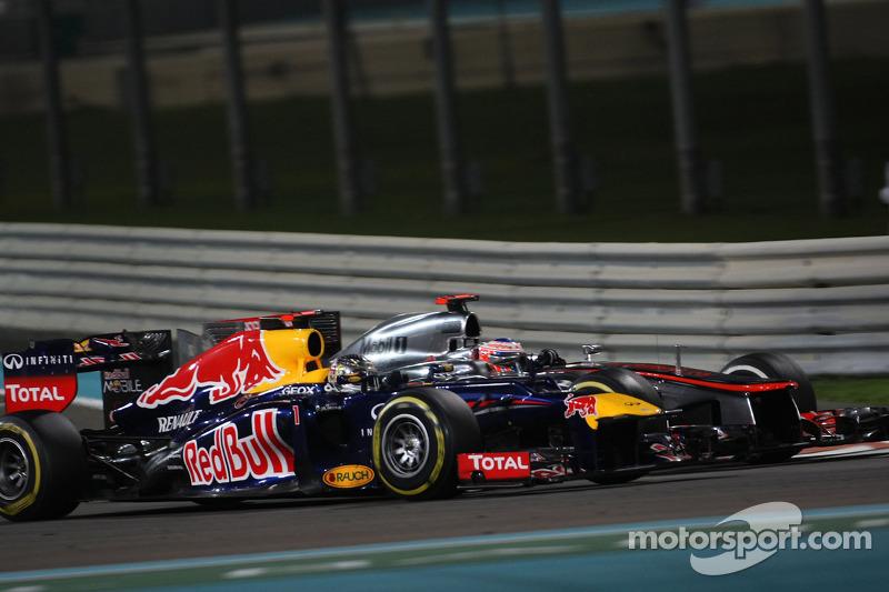 Sebastian Vettel, Red Bull Racing voorbij Jenson Button, McLaren Mercedes voor derde plaats