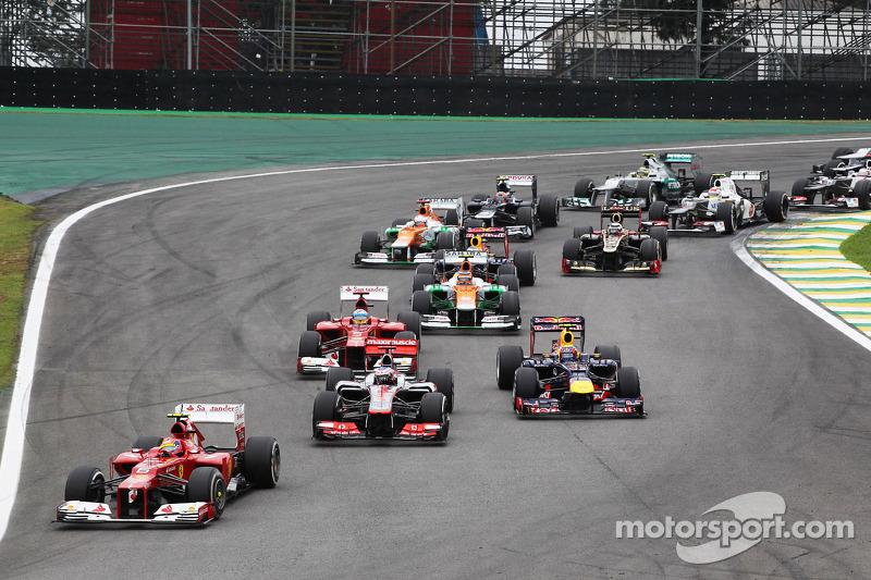 Felipe Massa, Ferrari voor Jenson Button, McLaren en Mark Webber, Red Bull Racing bij de start