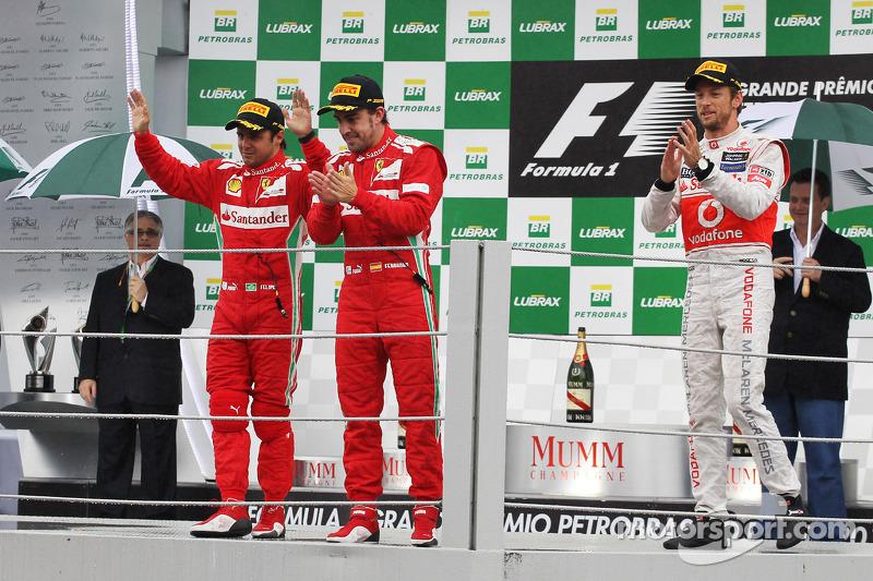 Felipe Massa, Ferrari en Fernando Alonso, Ferrari vieren op het podium met Jenson Button, McLaren