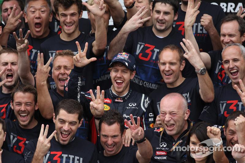 Sebastian Vettel, Red Bull Racing viert met Adrian Newey, Red Bull Racing Chief Technical Officer en