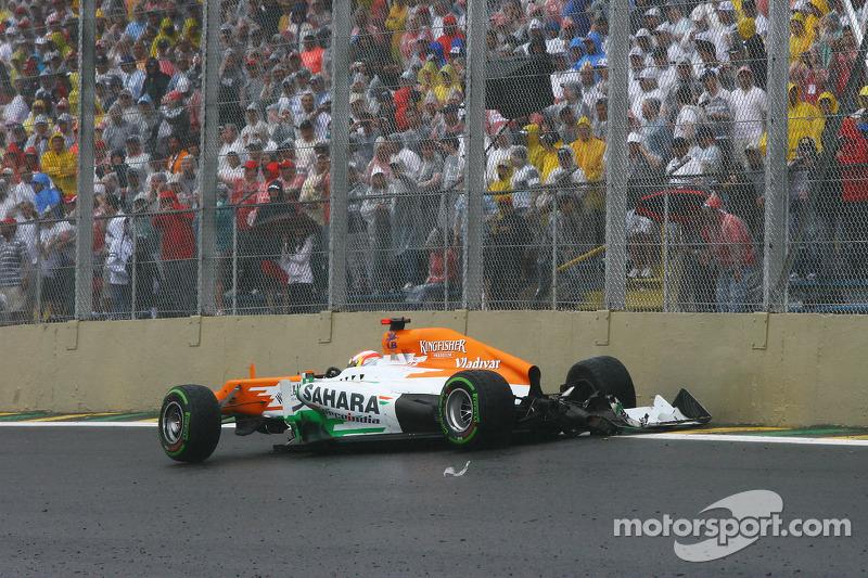 И вот за полтора круга до финиша в аварию попал Пол ди Реста. На трассе появился сейфти-кар, который вынудил пилотов завершать гонку в режиме автомобиля безопасности