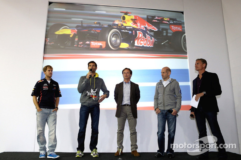 Sebastian Vettel en Mark Webber, Red Bull Racing op podium met David Coulthard, Adrian Newey en Chri