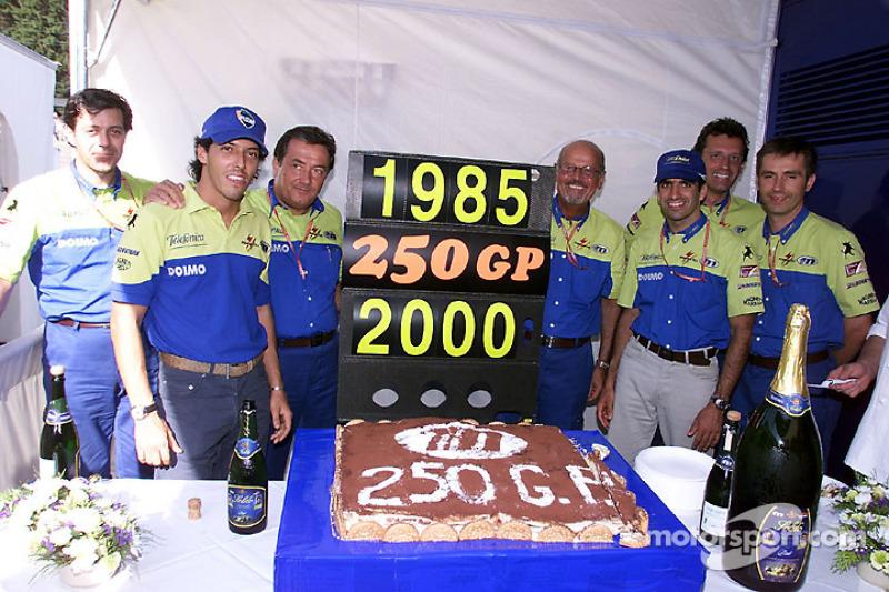 El equipo Minardi-Fondmetal celebra 250 grandes premios