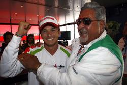 Giancarlo Fisichella, Force India VJM02 Mercedes en Vijay Mallya, eigenaar Force India F1, vieren de pole