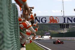 Kimi Raikkonen, Ferrari F60 wint de race, Force India viert de tweede plaats van Giancarlo Fisichella, Force India VJM02 Mercedes