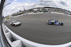 Chase Elliott, Hendrick Motorsports Chevrolet, Landon Cassill, Front Row Motorsports Ford