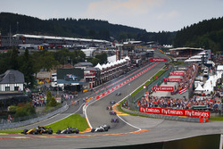 Jolyon Palmer, Renault Sport F1 Team RS17, Romain Grosjean, Haas F1 Team VF-17, Lance Stroll, Williams FW40, Felipe Massa, Williams FW40, on the opening lap