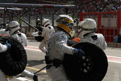 Guy Martin si unisce alla pit crew del team Williams F1 durante la gara