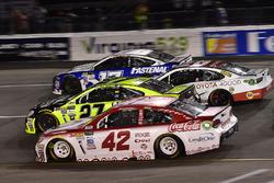 Кайл Ларсон, Chip Ganassi Racing Chevrolet, Пол Менард, Richard Childress Racing Chevrolet, Мэтт Кенсет, Joe Gibbs Racing Toyota и Рики Стенхаус-мл., Roush Fenway Racing Ford