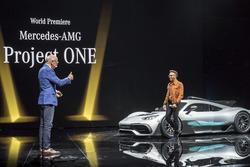 Д-р Дітер Цетше та Льюіс Хемілтон презентують  Mercedes-AMG Project ONE