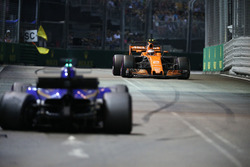 Stoffel Vandoorne, McLaren MCL32 passeert Marcus Ericsson, Sauber C36 na diens crash