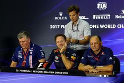 Otmar Szafnauer, chef des opérations Sahara Force India Formula One Team, Christian Horner, team principal Red Bull Racing et Frédéric Vasseur, team principal Sauber lors de la conférence de presse