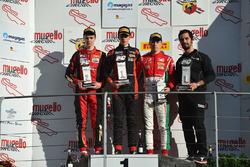 Подиум, третья гонка: победитель Себастиан Вабе Фернандес, Bhaithech, второе место Артем Петров, DR Formula, третье место Маркус Армстронг, Prema Powerteam