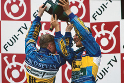 Podium: winnaar Michael Schumacher, Benetton, derde plaats Johnny Herbert, Benetton