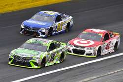 Кайл Буш, Joe Gibbs Racing Toyota, Кайл Ларсон, Chip Ganassi Racing Chevrolet и Бретт Моффитт, BK Racing Toyota