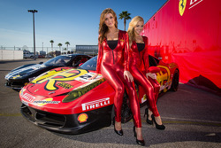 MOMO girls com a ex-Miss Sprint Cup Paige Duke