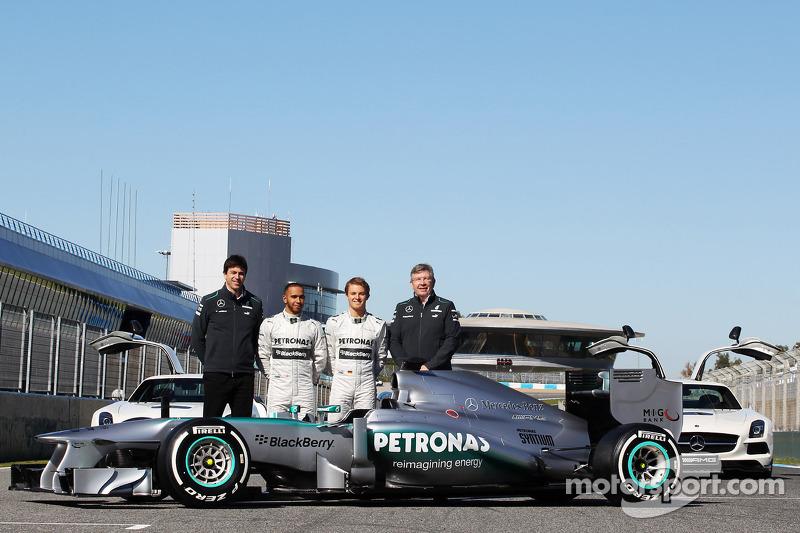 Виконавчий директор Mercedes AMG F1 Тото Вольфф, Льюіс Хемілтон, Ніко Росберг і керівник команди Росс Браун із новим Mercedes AMG F1 W04