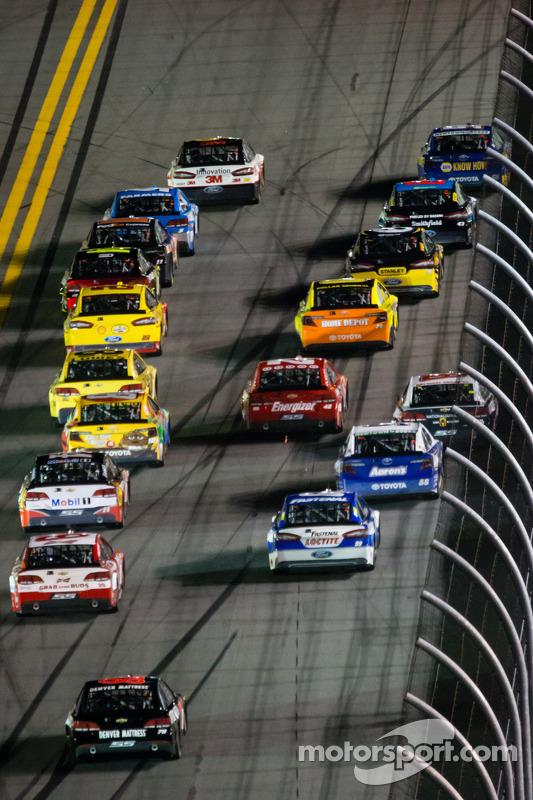 Greg Biffle, Roush Fenway Racing Ford e Martin Truex Jr., Michael Waltrip Racing Toyota batalham pela liderança