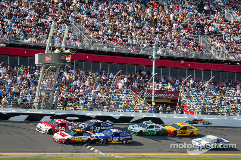 Kevin Harvick, Richard Childress Racing Chevrolet and Greg Biffle, Roush Fenway Racing Ford lead the field on a restart