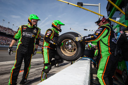 Stewart-Haas Racing Chevrolet membros da equipe após um pit stop